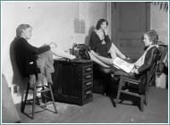 donne sedute alla scrivania